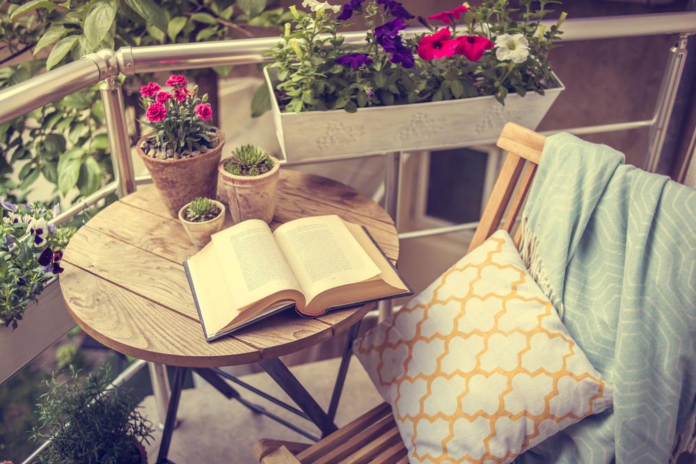 Как быстро привести в порядок балкон к летнему сезону