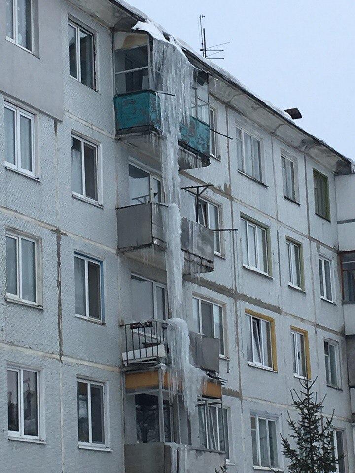 Соцсети обсуждают фото гигантской сосульки на пятиэтажке в Брянске