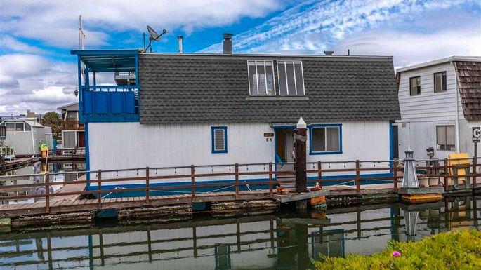 Том Хэнкс продает «плавающий дом» в Калифорнии