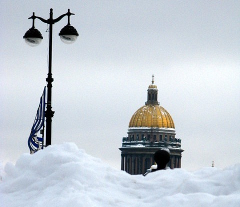 Петербуржцам предложили убирать снег за гонорар