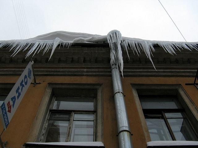 В Петербурге школьница получила травму из-за падения наледи