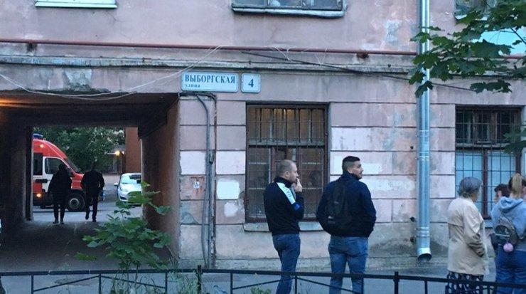 В Петербурге жителей многоэтажки эвакуировали из-за трещины в стене