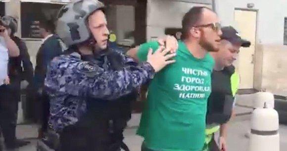 Мужчина, угрожавший себя сжечь у здания Минстроя, задержан