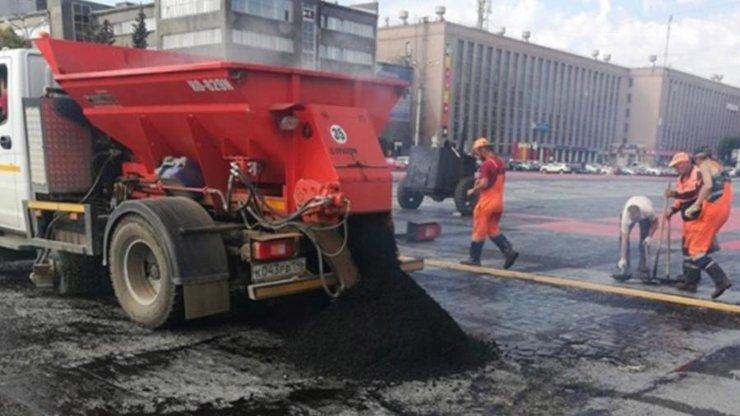 В Екатеринбурге коммунальщики закатали в асфальт арт-объект