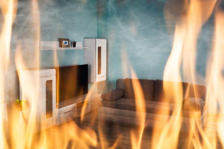 И спичек не надо: дом сгорел после обработки пола маслом