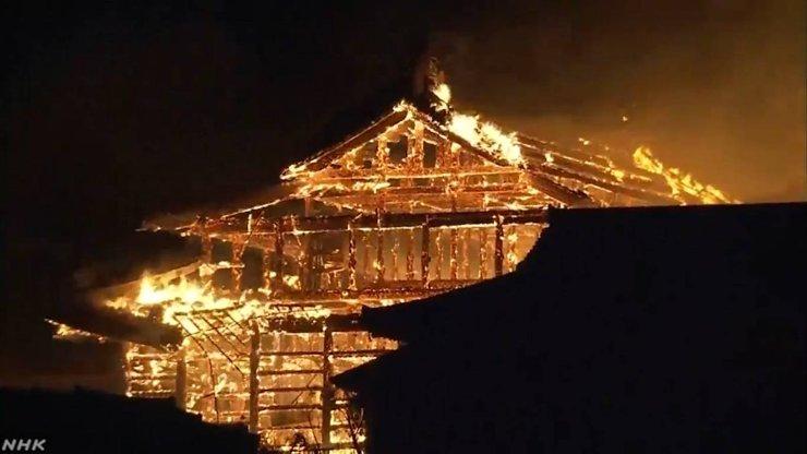 В Японии полностью сгорел древний замок Сюри