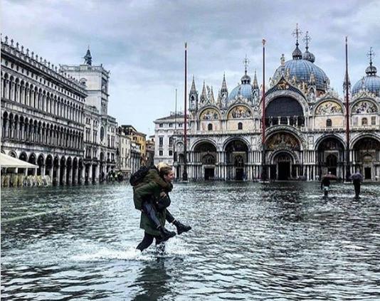 В Венеции затопило исторические здания