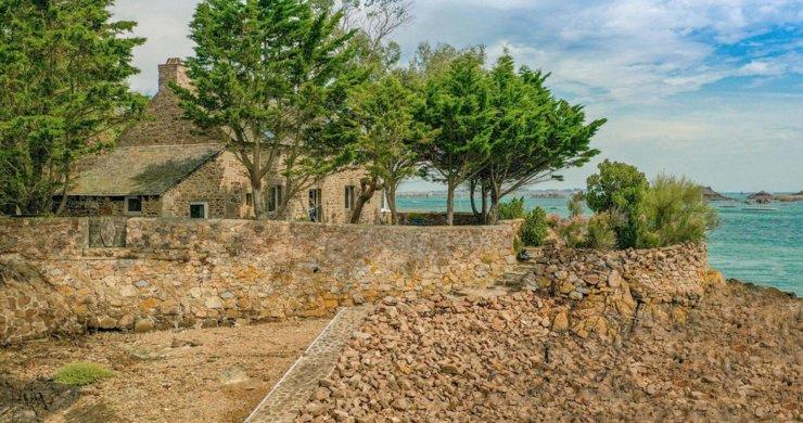 Во Франции продается остров с замком ХVIII века и сторожевой башней