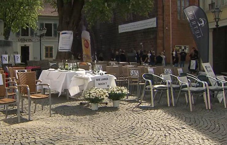 Немецкие рестораторы выставили на улицы пустые стулья
