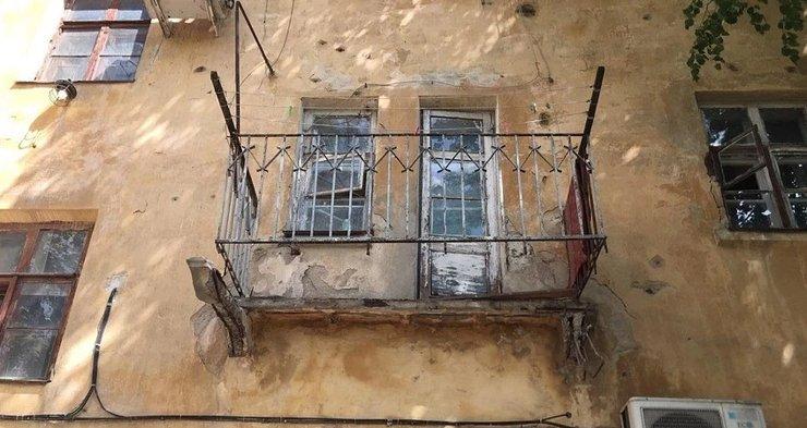 В Воронеже обрушился балкон ветхого жилого дома