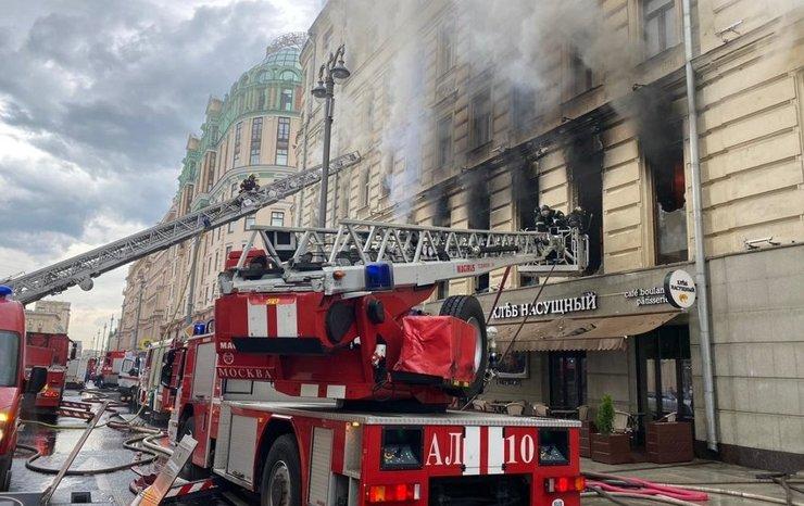 Движение на Тверской улице перекрыто из-за пожара