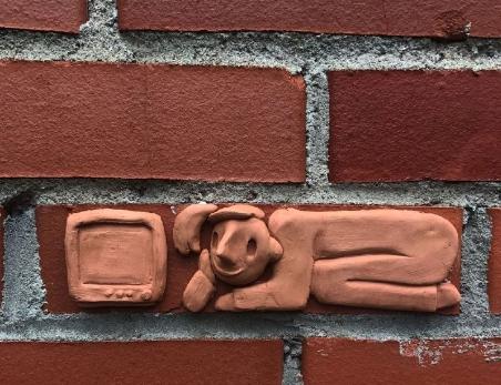 На Васильевском острове появился стрит-арт, посвященный строителям микроквартир