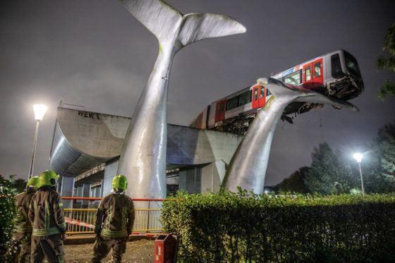 Арт-инсталляция удержала поезд от падения в канал