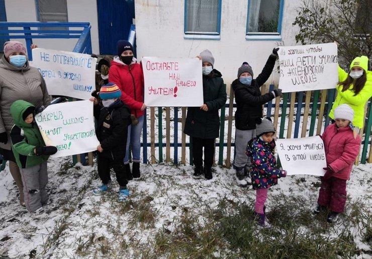В Омской области педагога оштрафовали за митинг против закрытия школы