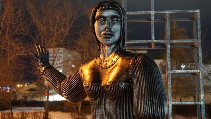 Пугающую скульптуру «Аленки» в Нововоронеже могут снести
