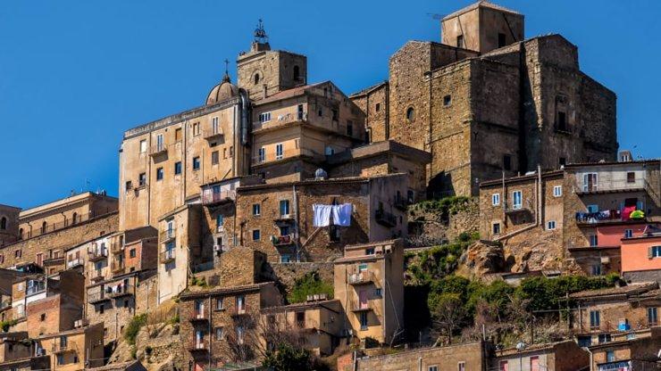 На юге Италии выставят на продажу дома по цене €1