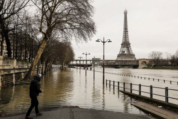 Река Сена затопила набережные в центре Парижа