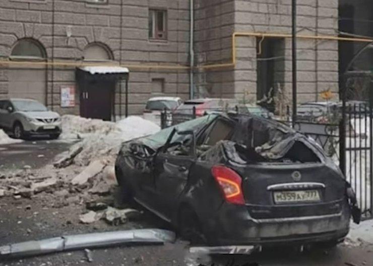В Москве обломки фасада рухнули на автомобиль