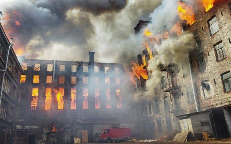 В Санкт-Петербурге горит здание «Невской мануфактуры»