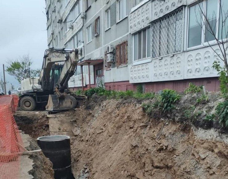 Во Владивостоке многоэтажка «расходится по швам»