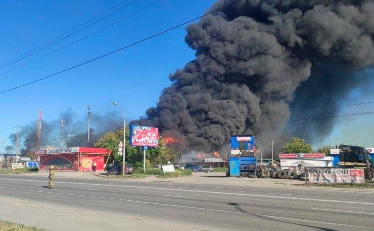 В Новосибирске в районе пожара на АГЗС взрывной волной выбило около 100 окон