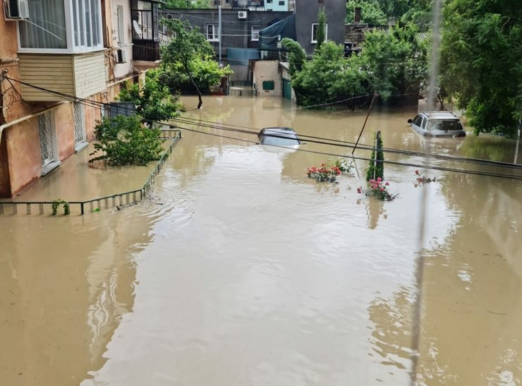 Улицы Керчи превратились в реки. Объявлена ЧС регионального уровня