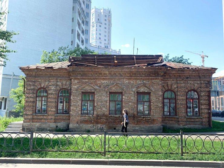 В Екатеринбурге ветер сорвал крышу старинного здания на ВИЗе