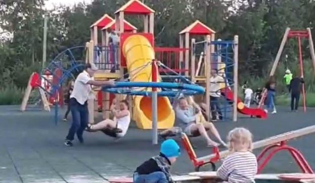 В Шарташском лесопарке вандалы испортили детские карусели