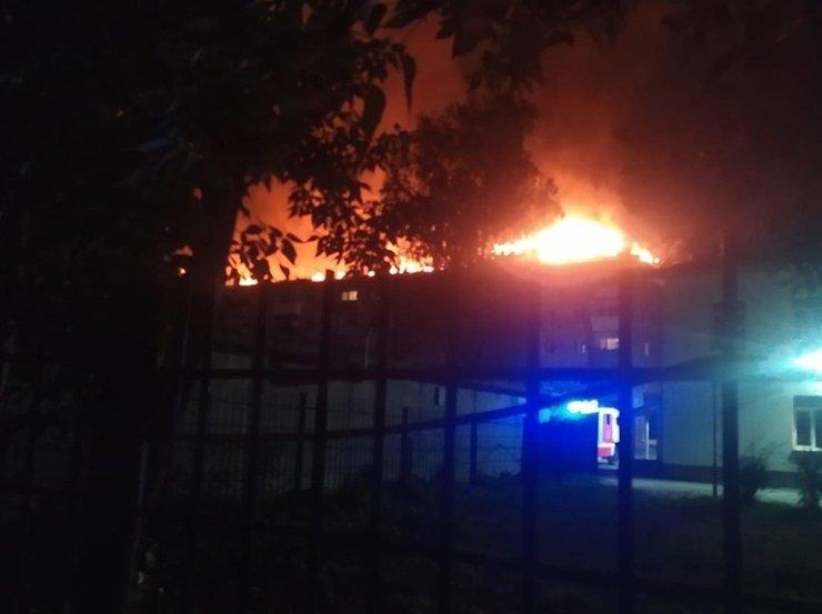В Екатеринбурге пожар уничтожил крышу пятиэтажки на Мичурина