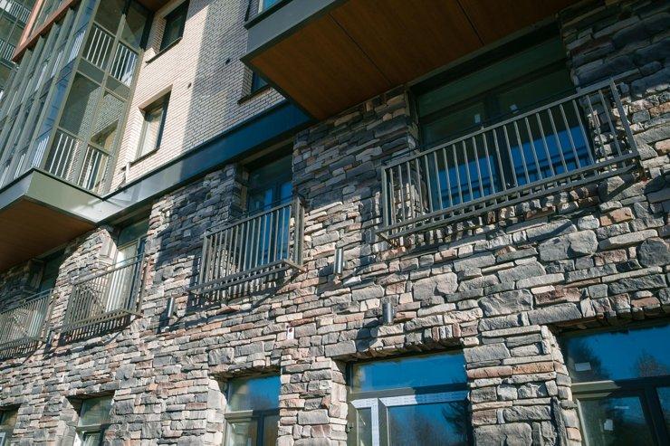 На втором этаже окна с минимально низким подоконником— такие элементы архитектуры называются французскими балконами, а для безопасности жильцов на них установлены ограждения.