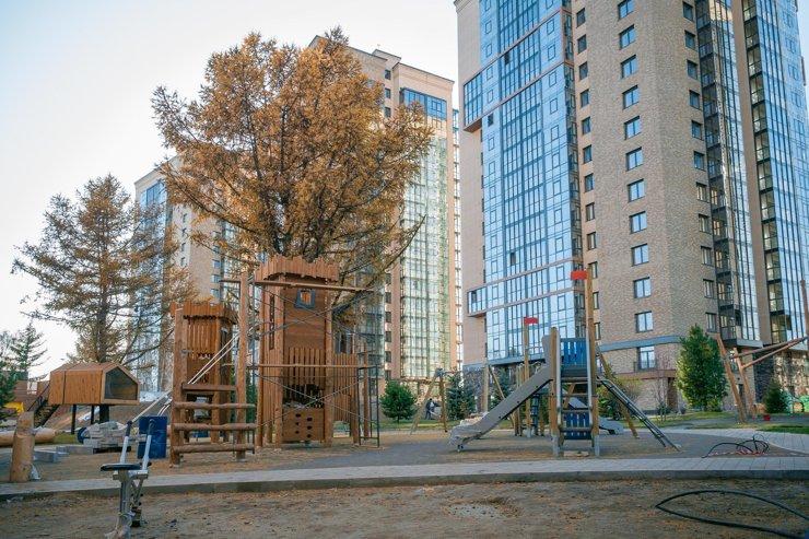 Для жильцов есть спортивная и детская площадки, домик на дереве и скалодром.