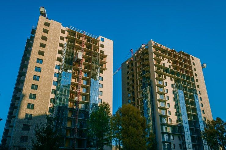 И последнее, что стоит учесть— покупателям домов первой очереди придется почти год соседствовать со стройкой второй очереди.