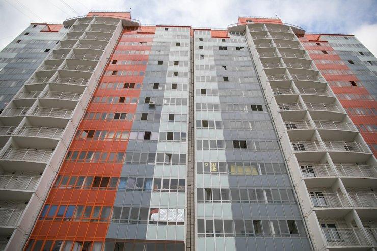 Архитектуру «Красстоя» сложно не узнать: открытые общедомовые балконы, цветастые пластиковые балконы и большое количество этажей