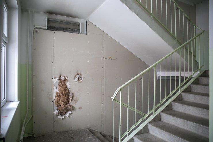 Кое-где в подъездах исписаны стены или разбиты стекла. Здесь, судя по всему, пытались устроить небольшой пожар