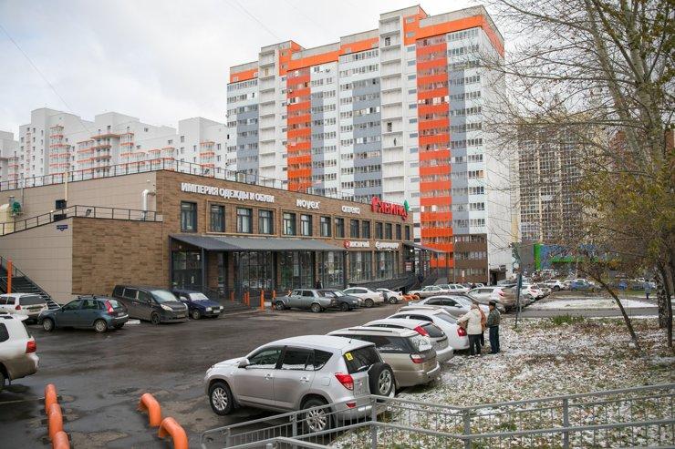 Инфраструктура у «Красстроя» тоже типовая. Во дворе между домами обязательно окажется миниатюрный торговый центр с продуктовыми магазинами и услугами
