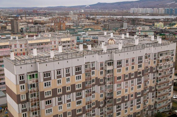 Из окна можно наблюдать не только вид на город, но и на соседнюю 10-этажку. Жителям дома напротив пора покупать плотные занавески