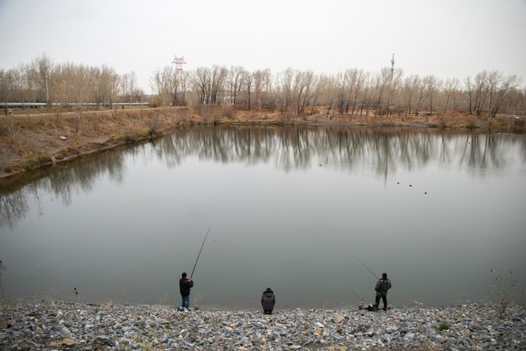 Тут умудряются купаться, рыбачить, жарить шашлыки, загорать и делать селфи одновременно