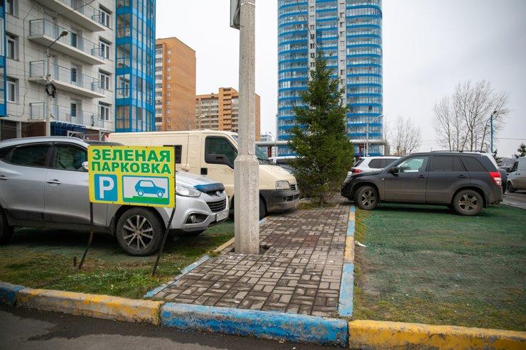 На такую парковку можно загнать буквально несколько автомобилей. Разумеется, проблему паркинга в ЖК это не решает никак