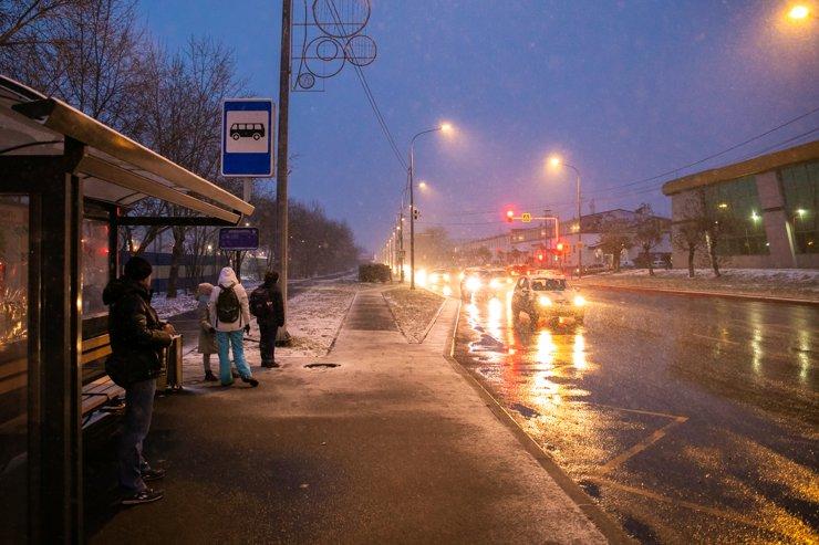 Многие отчаиваются уехать через пробки на Семафорной, и переходят через железную дорогу на Свердловскую— там утром ситуация полегче