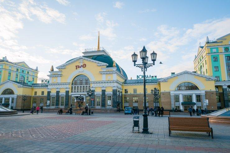 Рядом находится ЖД вокзал— крупный хаб не только электричек и поездов, но также городских маршруток. А еще это неплохое место для прогулок и удобная парковка напротив здания вокзала
