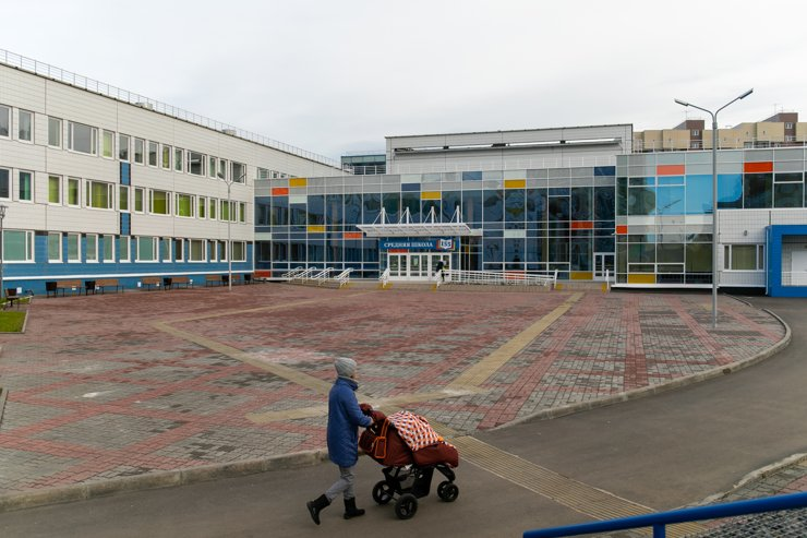С местами для прогулок серьезный дефицит. Молодые мамы, традиционно, гуляют по территории школы