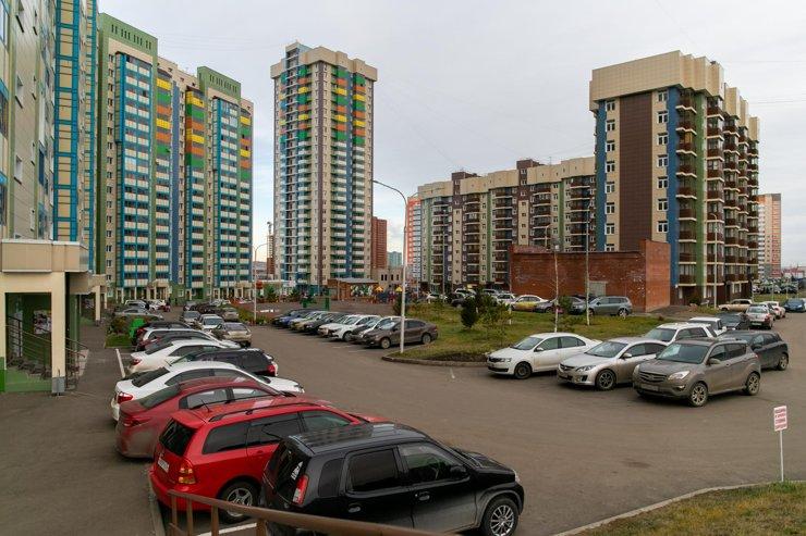 Размер не имеет значения: каким бы большим не сделали двор, в Красноярске он всегда будет забит машинами