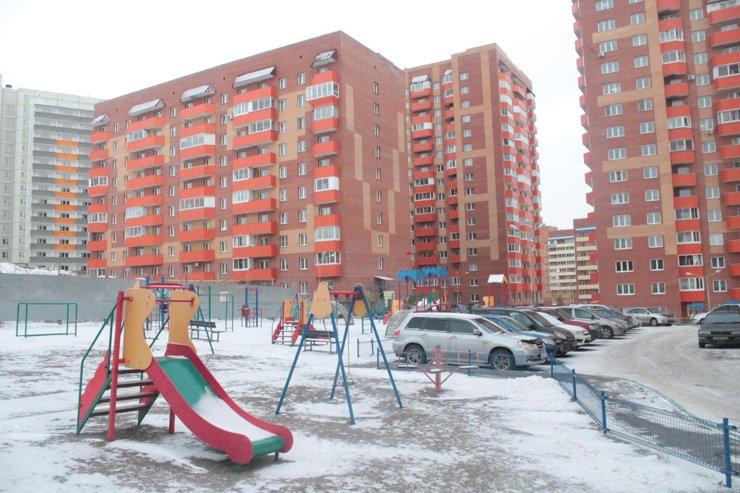 Детская площадка, и тут же— дорога и парковка через заборчик. Мда, главное— крепко держаться на качелях…