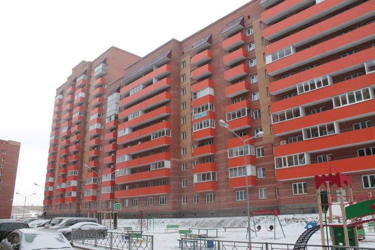 Красные кирпичные дома снабдили оранжевыми балконами— чтобы еще больше выделялись на фоне серых «панелек»