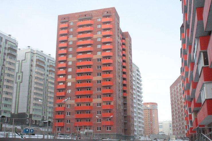 Микрорайон получился контрастным— оранжевые «кирпички» соседствуют с серыми «панельками»