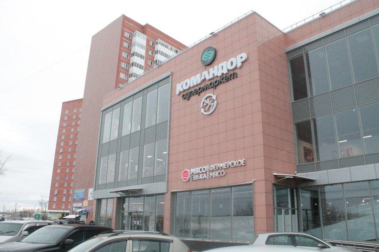 Во дворе стоит типовой мини-торговый центр: подобные можно найти почти во всех ЖК эконом-класса