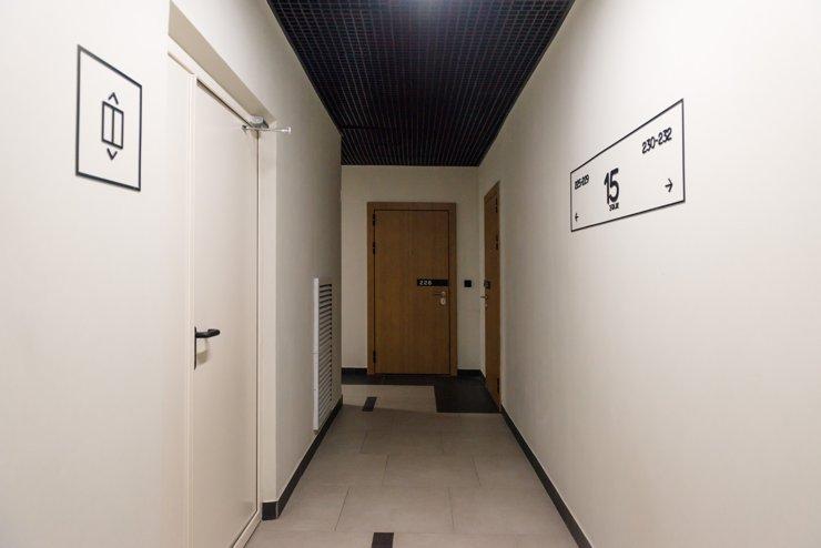 Высота потолков (около 3 метров) позволяет грузчикам или жильцам «заводить» даже габаритные предметы