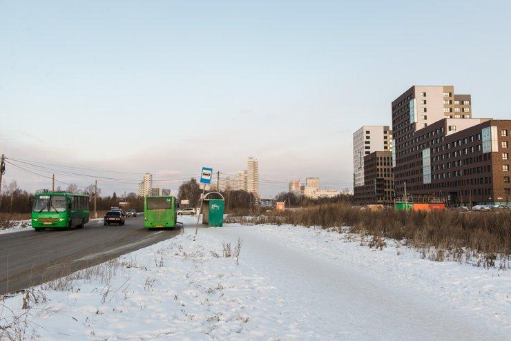 Вблизи квартала, по Суходольской, ходят 64 маршрутка— через центральный стадион и Малышева до поселка Компрессорный— и 85 автобус до Радиоколледжа