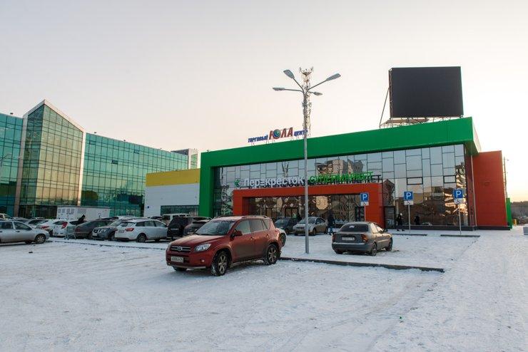 Ближайшие к «Суходольскому» крупные магазины— это супермаркет «Перекресток» и «Пятерочка» на Суходольской, 197