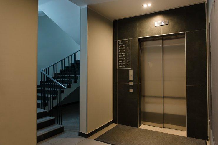 Лифты большие, с высокими потолками, хорошо освещенные